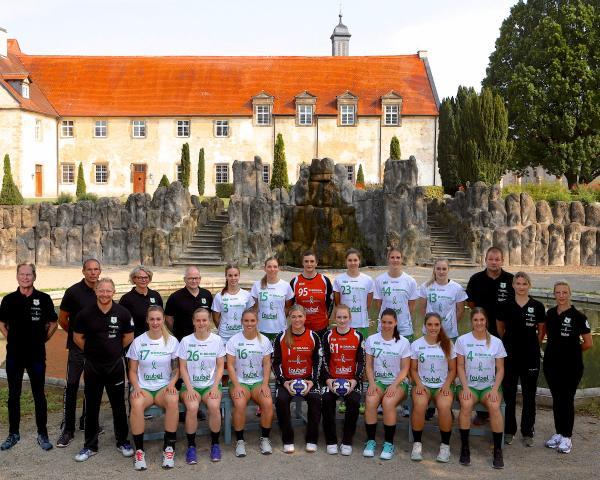 Das Team der SG 09 Kirchhof mit Trainer und Betreuern vor der imposanten Kulisse des Kloster Haydau.