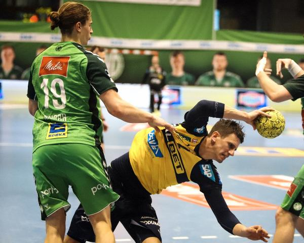 Juri Knorr in the defence against Andy Schmid - next season both playmakers will be in the same team