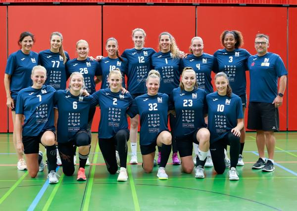 <b>Sport-Union Neckarsulm 2021/22</b> <br /><br /> <b>oben v.l.n.r.:</b> Cheftrainerin Tanja Logvin, Carmen Moser, Anouk Nieuwenweg, Johanna Stockschläder, Sarah Wachter, Isabel Gois, Svenja Mann, Sharon Nooitmeer, TW-Trainer Oliver Rieth <br /><br /><b> unten v.l.n.r.:</b> Lynn Knippenborg, Nathalie Hendrikse, Selina Kalmbach, Sophie Lütke, Jill Kooij, Daphne Gautschi <br /><br /> <b>es fehlen:</b> Irene Espinola Perez, Lucie-Marie Kretzschmar, Natalie Mann <br /><br />